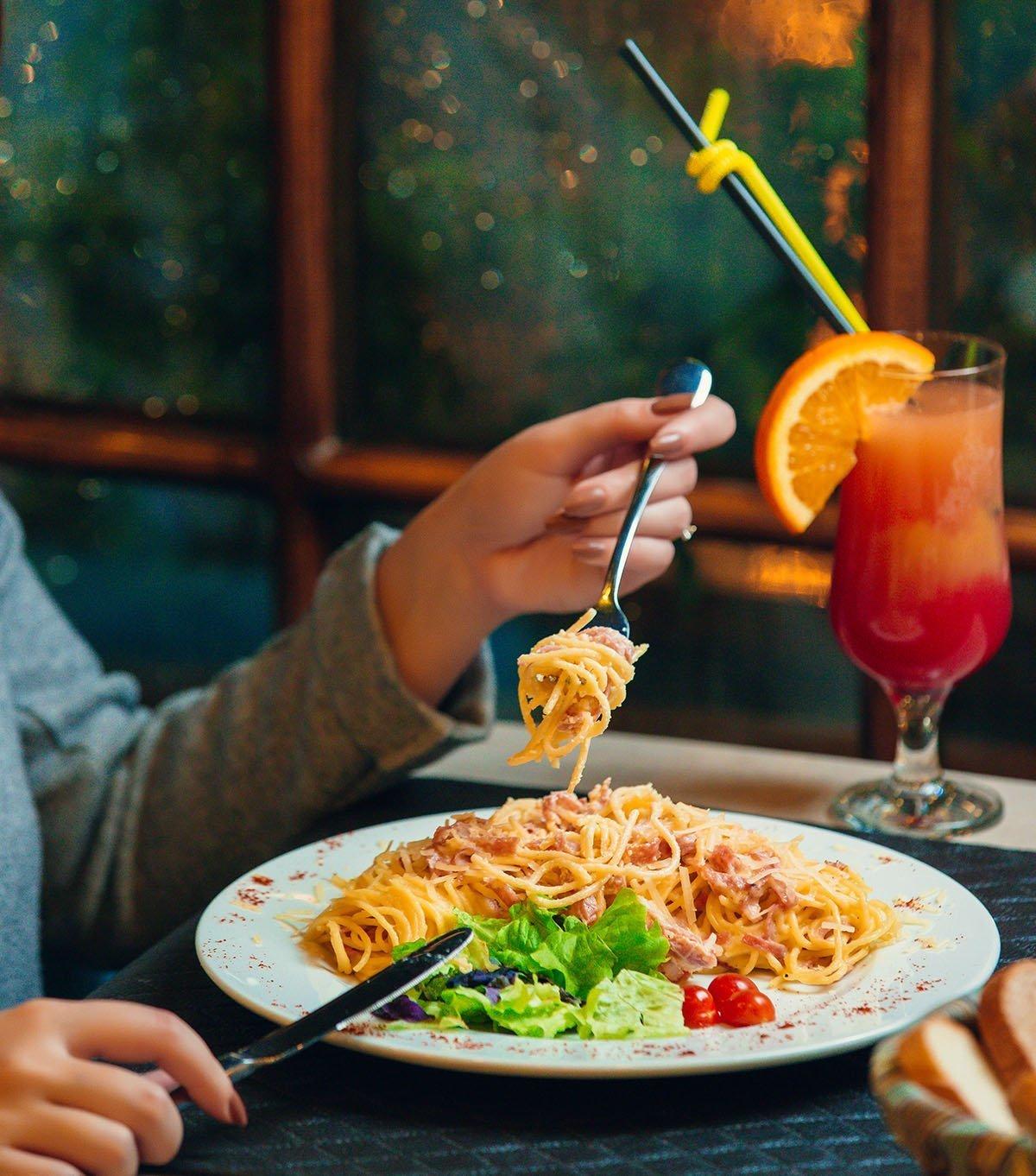 Thuis pasta eten met een cocktail